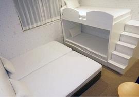 CVS・BAY HOTELのファミリー4人部屋(画像引用元:楽天トラベル)