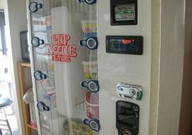 ファミリーリゾート・フィフティーズfor舞浜のカップラーメン自販機(画像引用元:楽天トラベル)